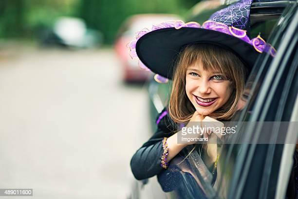 pouco bruxa de halloween sorrindo fora do carro - roupa de época - fotografias e filmes do acervo