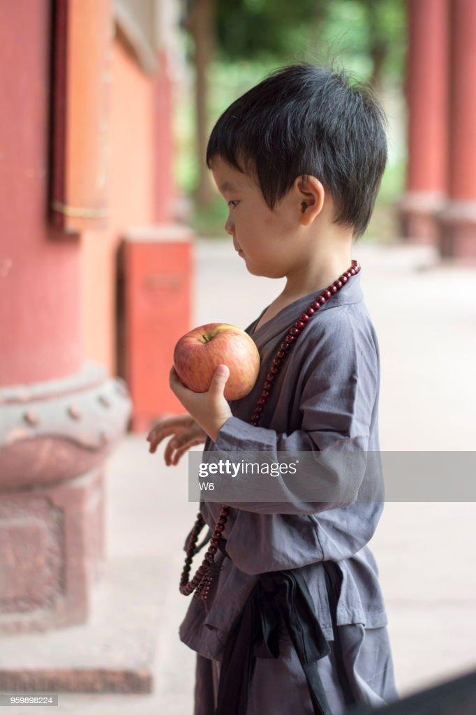 wenig glücklich Lehrling Mönch und Apfel : Stock-Foto