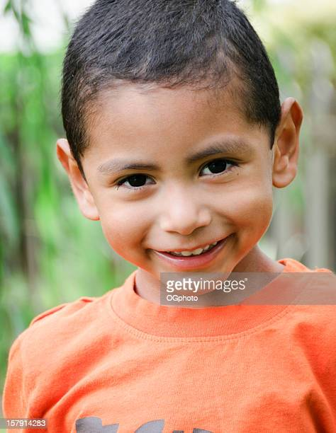 piccolo ragazzo ispanico sorride alla macchina fotografica - ogphoto foto e immagini stock