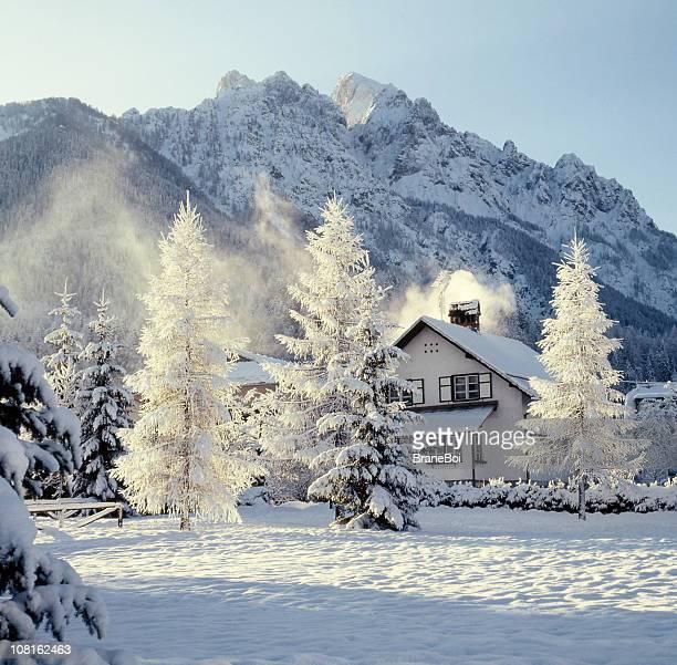 Kleines Haus mit bedeckten Berge im Schnee im Winter