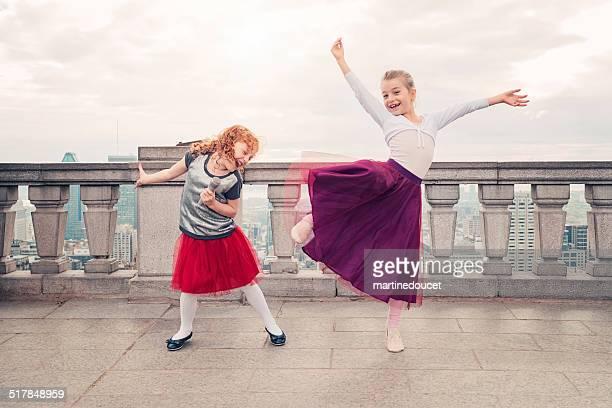 Kleines Kind, großen Spiegeln Gesang und Tanz vor der Stadt.