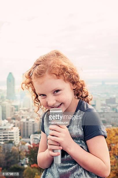 Kleines Kind, großen Spiegeln singen vor der Stadt.