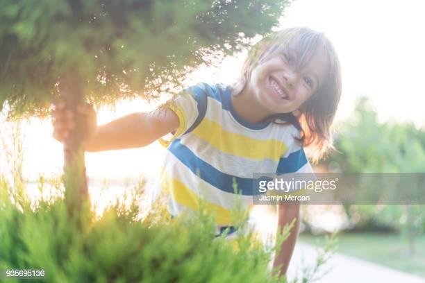little kid laughing in park near beach - voor of achtertuin stockfoto's en -beelden