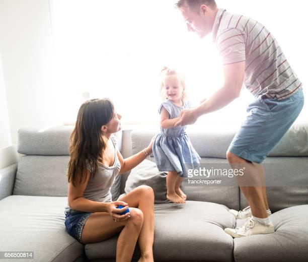 petit enfant qui joue avec la famille dans le canapé