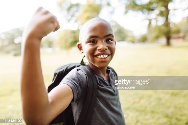 筋肉を示す小さな子供 - kids weightlifting ストックフォトと画像