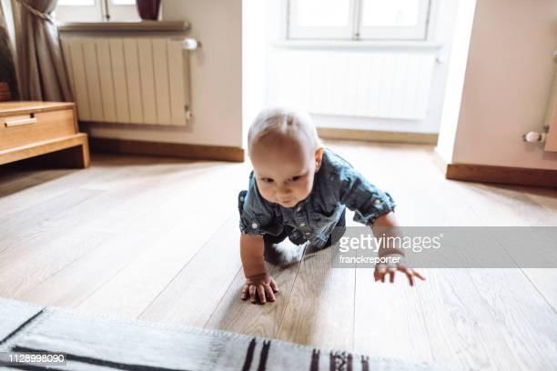 criança andando sozinho em casa - esforço - fotografias e filmes do acervo