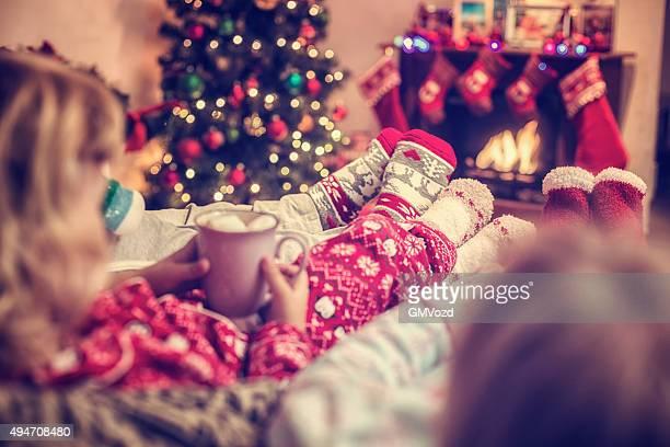 Enfants de boire un chocolat chaud pour la période de Noël