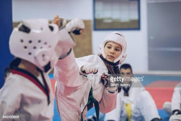 kleine kinder taekwondo training - kampfsport stock-fotos und bilder