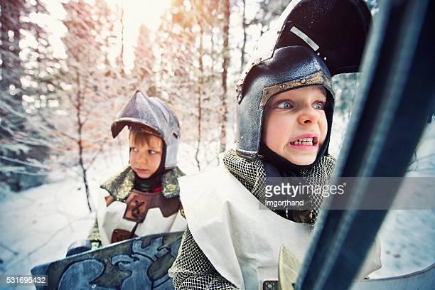 Kleine Ritter Quest im gefrorenen Winterwald