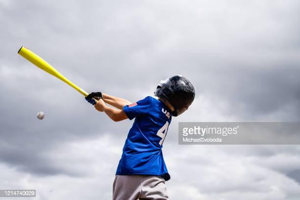リトルリーグ野球少年バッティング - バッティング ストックフォトと画像