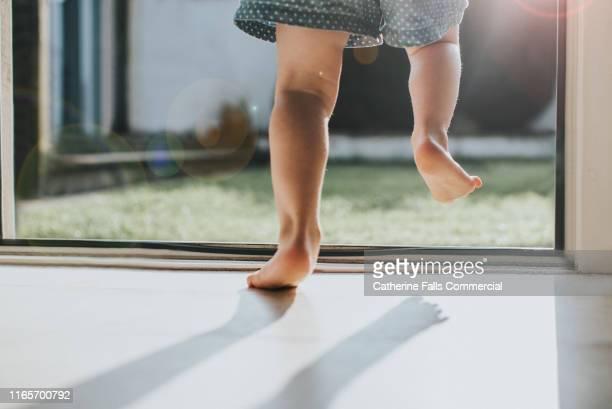 little legs - türrahmen stock-fotos und bilder