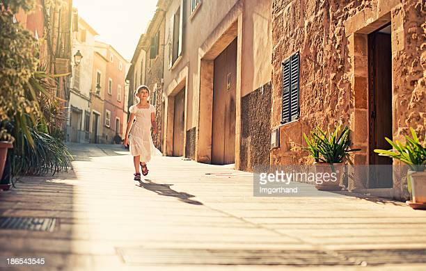 Petite fille méditerranéenne