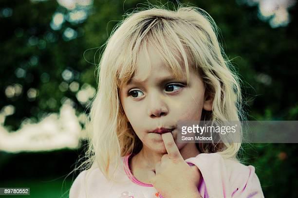 little miss sunshine - chupando dedo - fotografias e filmes do acervo