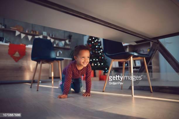 little miss trouble - debajo de fotografías e imágenes de stock