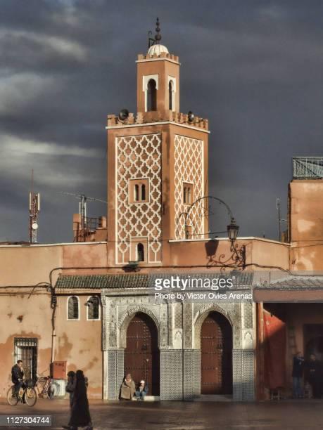 little mosque in jemaa el-fnaa square marrakech, morocco - victor ovies fotografías e imágenes de stock