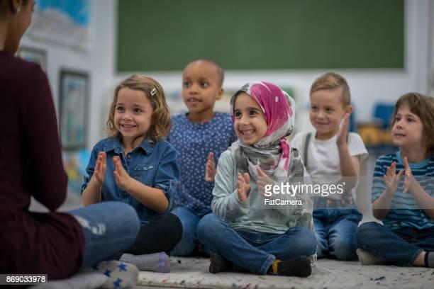Muslimische Mädchen genießen Musik-Klasse in der Schule mit ihren Freunden.