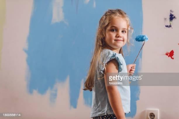 肩越しにカメラを見ている小さな画家 - looking over shoulder ストックフォトと画像