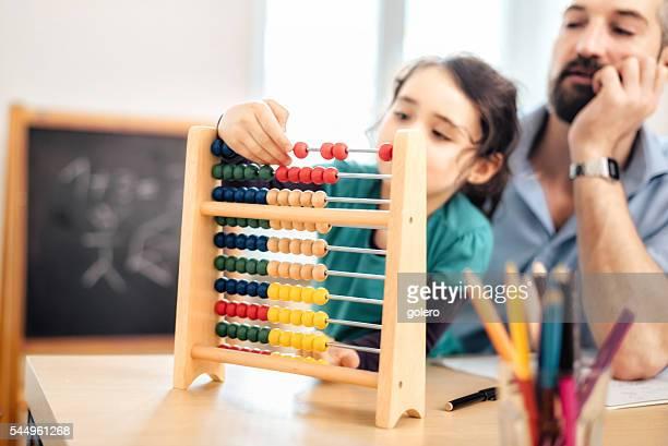 wenig vor scholar Mädchen mit Vater lernen Rechnen mit Abakus-Rechentafel