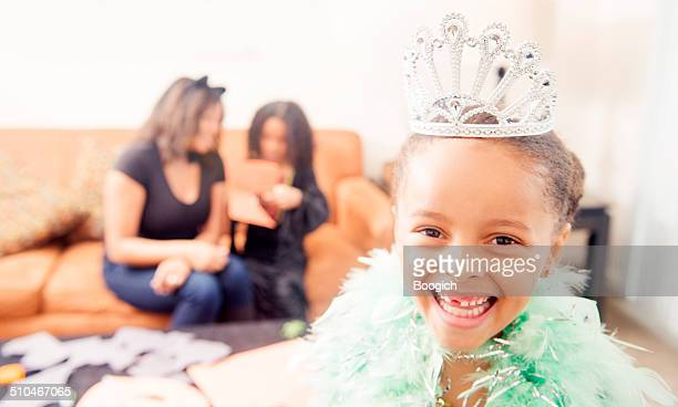 Kleine Prinzessin mit einem Lächeln auf Halloween