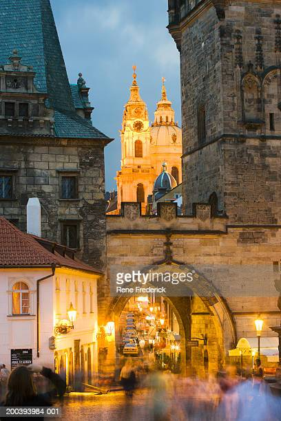 little quarter side view of charles bridge, castle in background - hradcany castle stock pictures, royalty-free photos & images