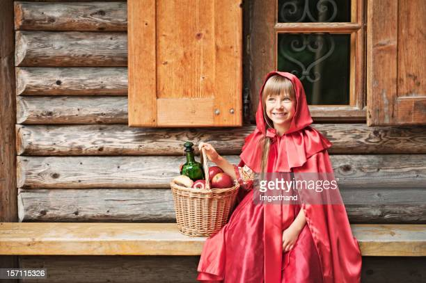 le petit chaperon rouge devant d'une maison. - le petit chaperon rouge photos et images de collection
