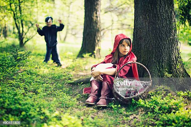 le petit chaperon rouge se reposer - le petit chaperon rouge photos et images de collection