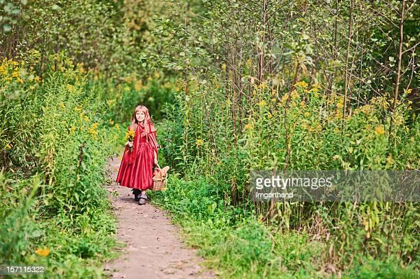 Caperucita roja en el bosque a pie