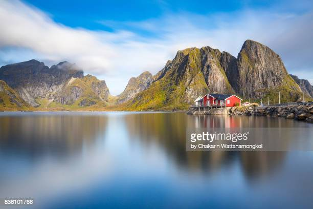 little red rorbuer (fisherman cabin) in lofoten. - ノルウェー ストックフォトと画像