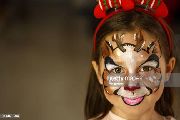 petit rudolph le renne au nez rouge - maquillage photos et images de collection
