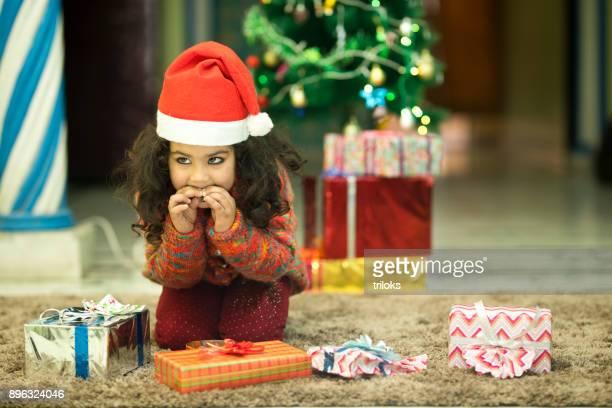 Santa Mädchen essen Süßigkeiten