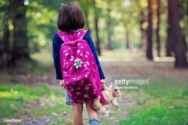 小さな女子高生は学校に行く - 迷う ストックフォトと画像