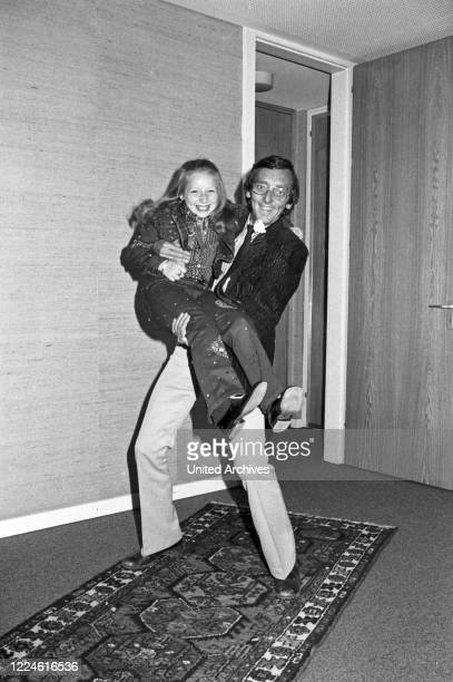 Little singer Lena Zavaroni, a child starlet from Great Britain with photographer Heinz Browers, Germany, 1970s.