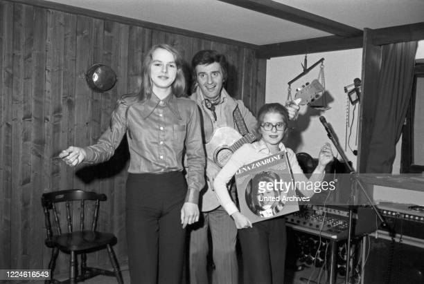 Little singer Lena Zavaroni, a child starlet from Great Britain, with singer Patrick Nielsen, Germany, 1970s.