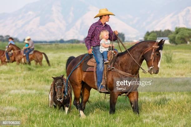 小さな妹乗り物馬彼女のより古い兄弟間彼につながる彼女シェトランドポニー