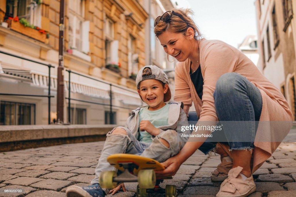 Wenig Skateboarder und seine Mutter : Stock-Foto