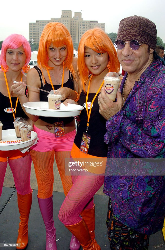 Little Steven Van Zandt (far right) with the Dunkin' Donuts Latte Ladies
