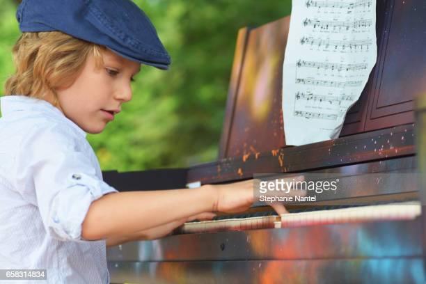 little street pianist - enfant stockfoto's en -beelden