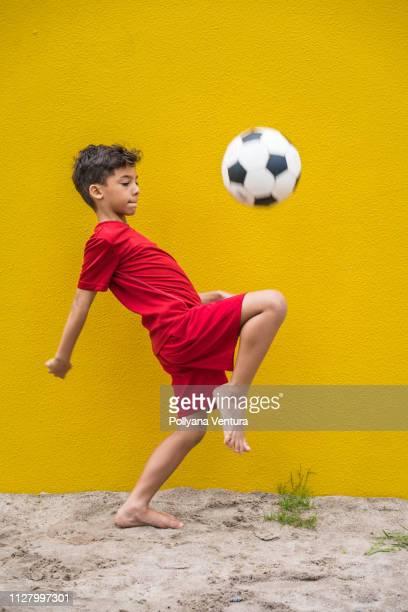 lilla supporter spelar fotboll - fotbollskläder bildbanksfoton och bilder