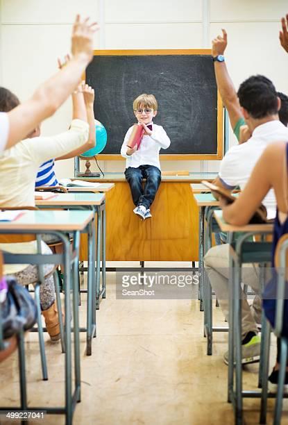Little enseignant dans sa configuration salle de classe