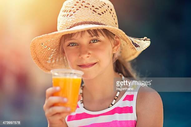 Little tourist trinkt ein Glas frischer Orangensaft