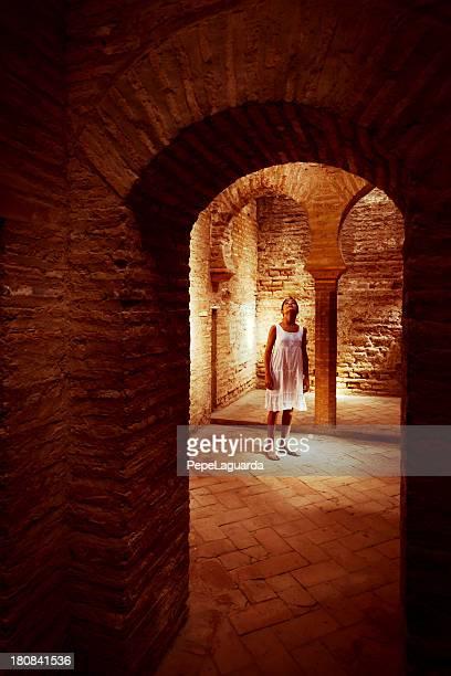 little turista en el alhambra, granada, españa - alhambra granada fotografías e imágenes de stock
