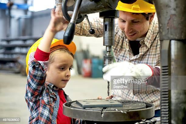小さな作業者の学習に垂直ドリルを使用
