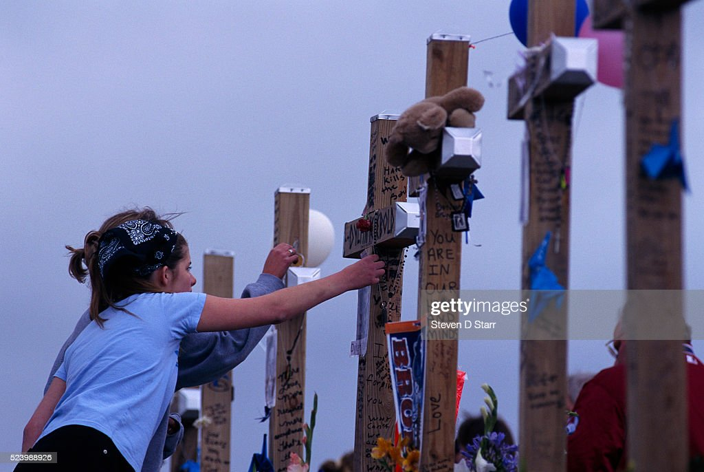 Visitors at Columbine High School Memorial Site : News Photo