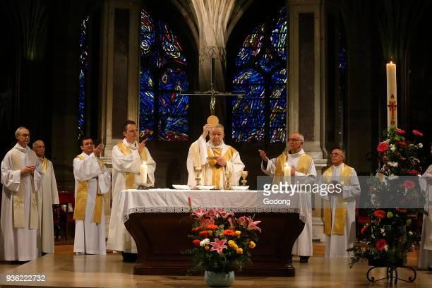 Liturgie eucharistique presidee par le Cardinal Andre VingtTrois archeveque de Paris dans l'eglise SaintSeverin a Paris pour le 48e anniversaire de...