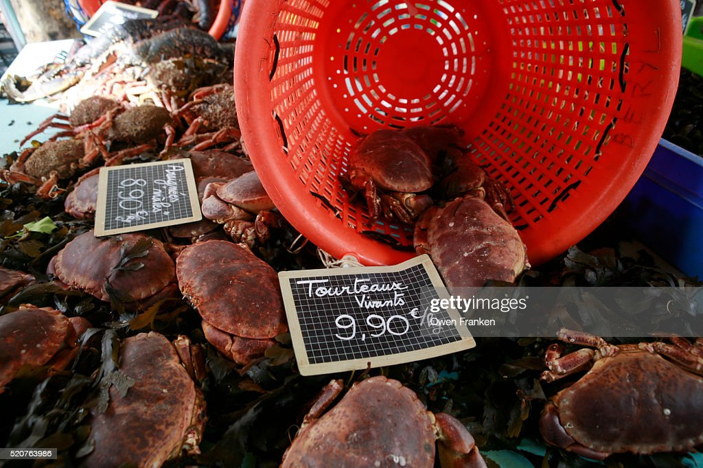 Live Crabs For Sale In A Paris Neighborhood Market Stock