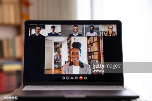 live-streaming-videokonferenz. frau, die einen anruf hostet und auf die anwesenheit der benutzer wartet - teilnehmen stock-fotos und bilder