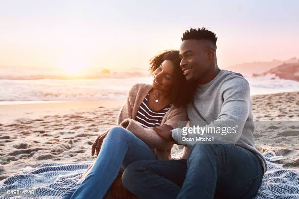 live where the sun meets the ocean - heterosexual couple imagens e fotografias de stock