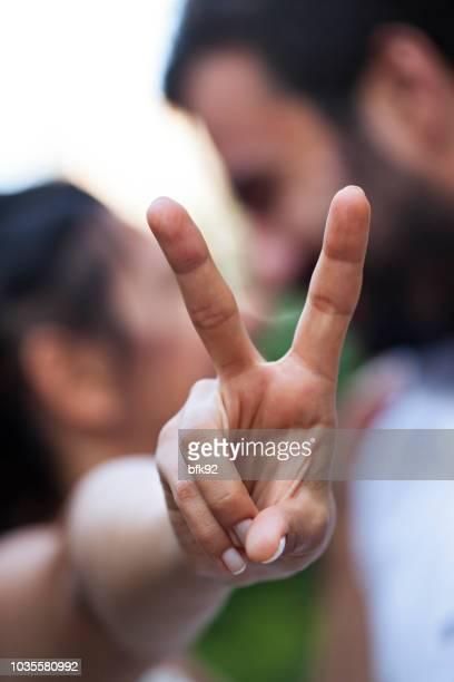 leben sie mit liebe und frieden. - friedenszeichen handzeichen stock-fotos und bilder