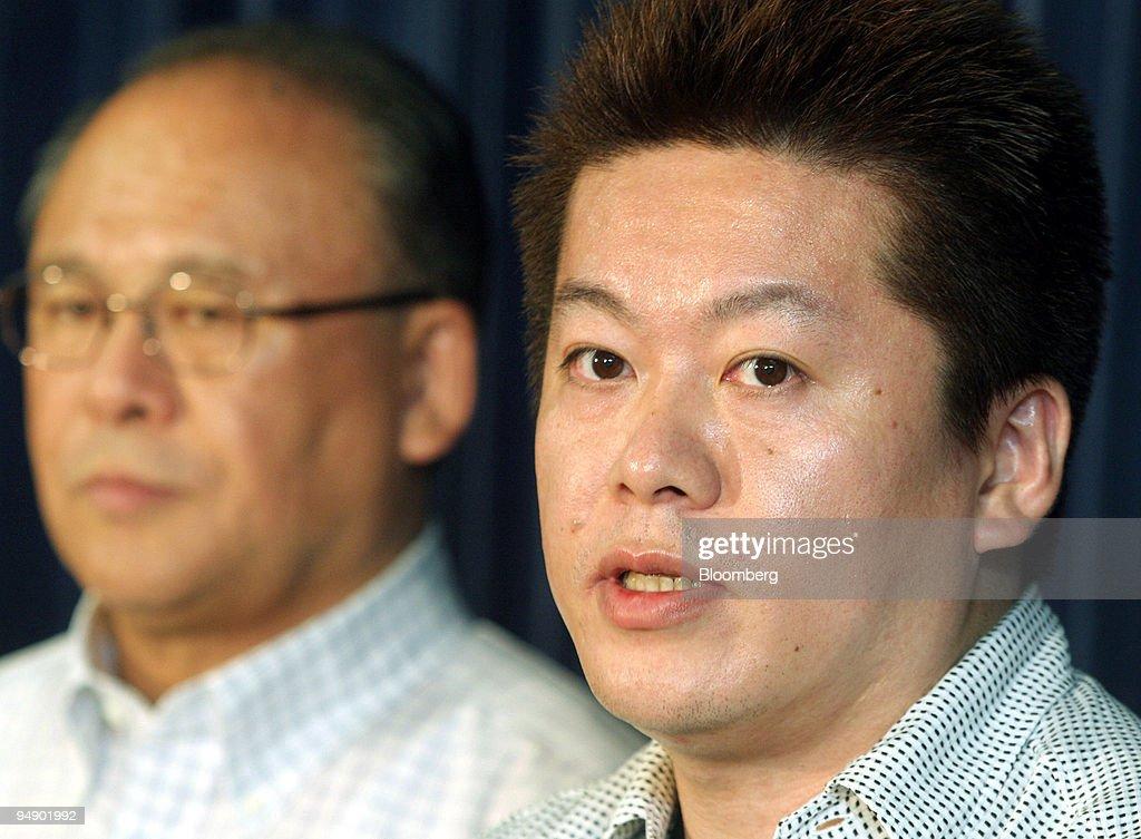 Livedoor President Takafumi Horie, right, speaks to reporter : Nieuwsfoto's