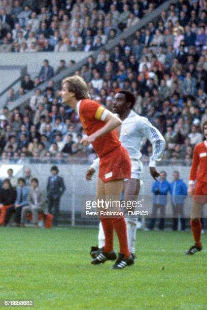 Liverpool Captain Phil Thompson marks Real Madrid's Englishman Laurie Cunningham